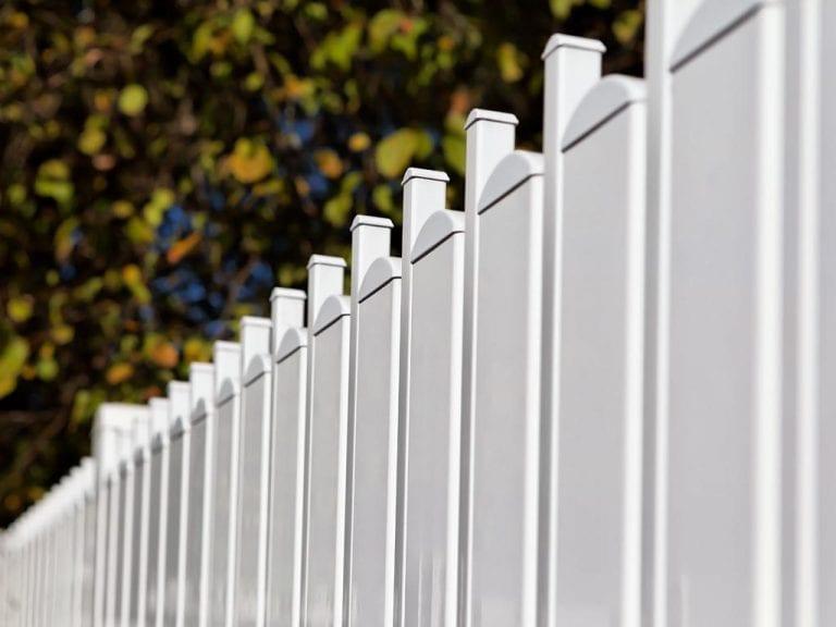 Weißer Aluminiumzaun mit eleganten Abrundungen