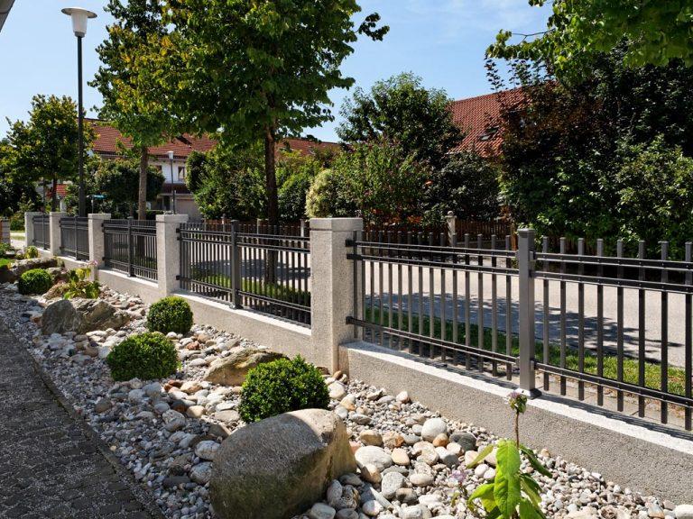 Gartenzaun aus Metall und Stein