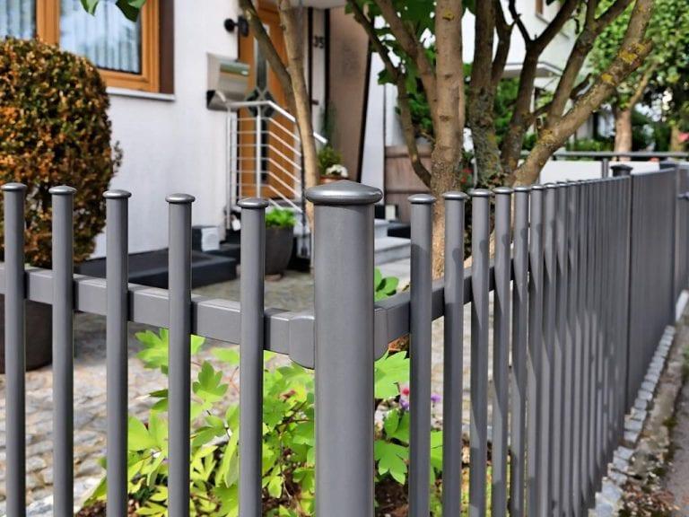 Zaun im puristischen Stil