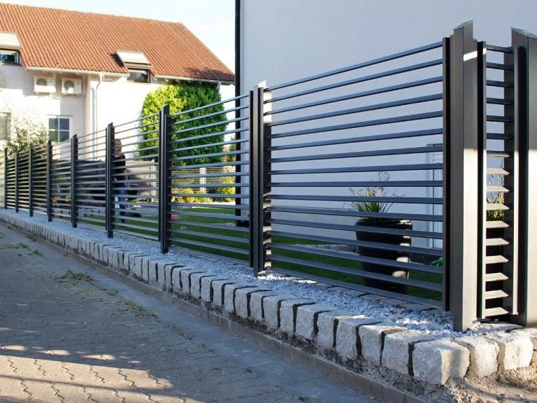 Gartenzaun aus schwarzem Aluminium