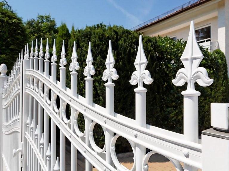 Weißer Zaun aus Aluminium
