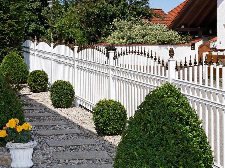 Stilgerechter Zaun aus pulverbeschichtetem Aluminium