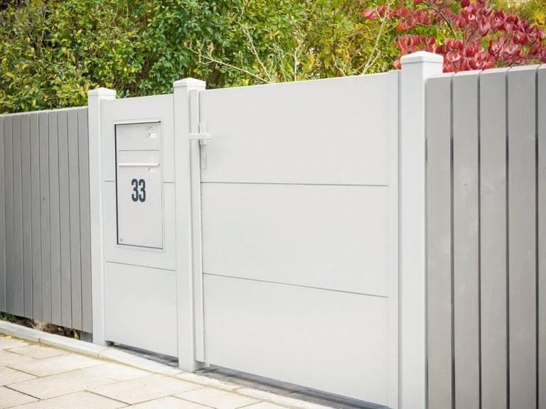 Blickdichte, weiße Gartentüre aus Metall