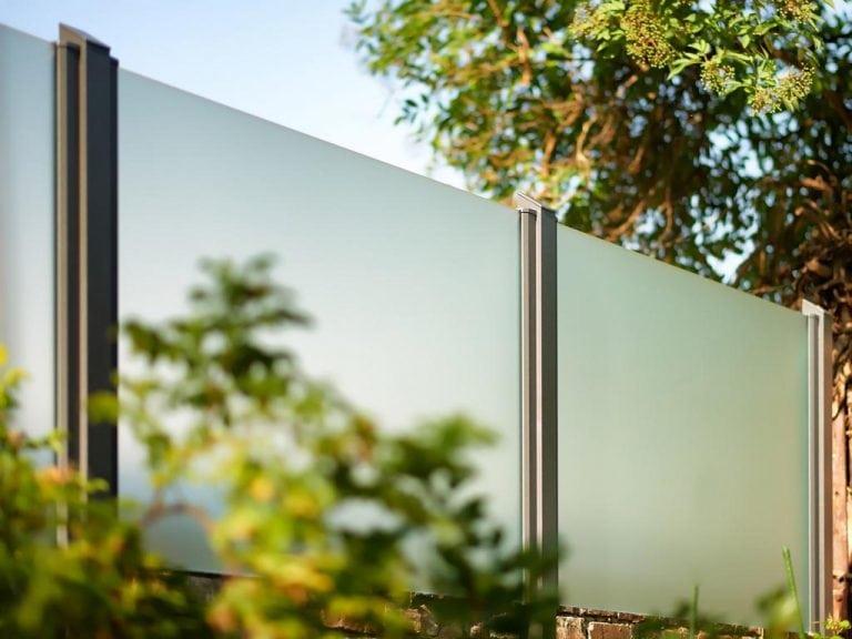 Zaun mit Pfostenprofilen aus Aluminium und Glas