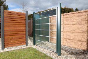 Verschiedene Zäune aus Holz und Glas