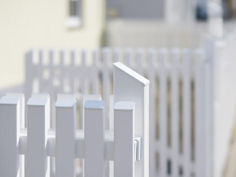 Zaun mit Türe in Weiß