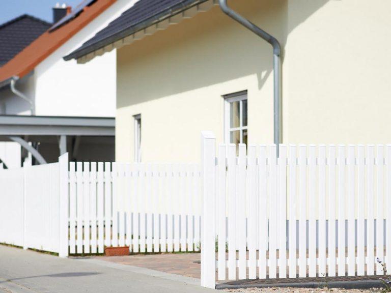 Klassischer weißer Gartenzaun neu erfunden