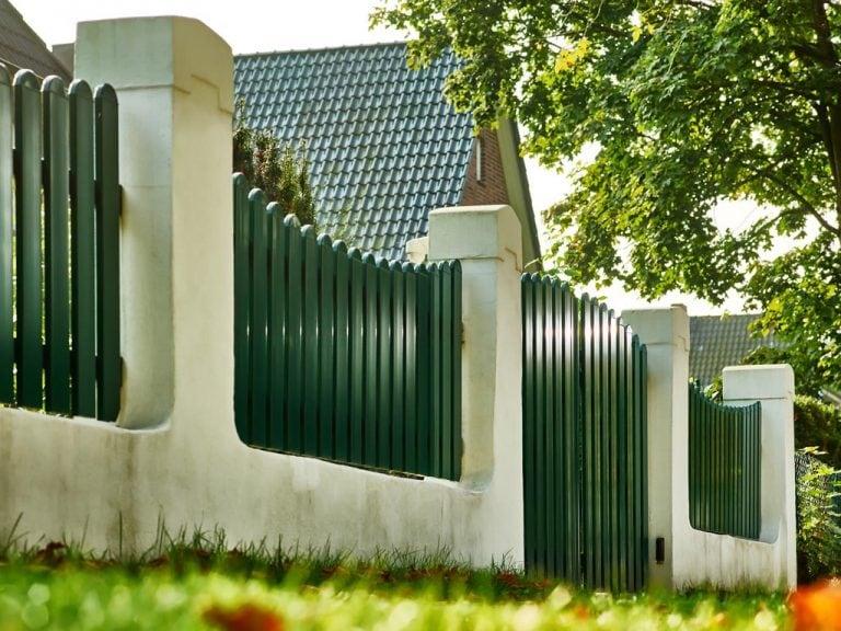 Grüner Lattenzaun aus Aluminium mit Säulen
