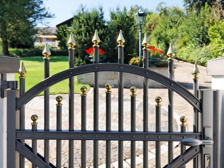 Gartentor mit runden Zaunpfosten aus Metall