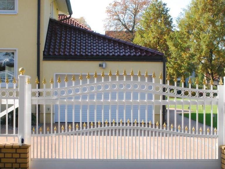 Klassisches Einfahrtstor aus weißem Metall