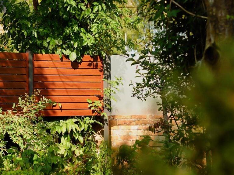 Gartenzaun mit Holzoptik