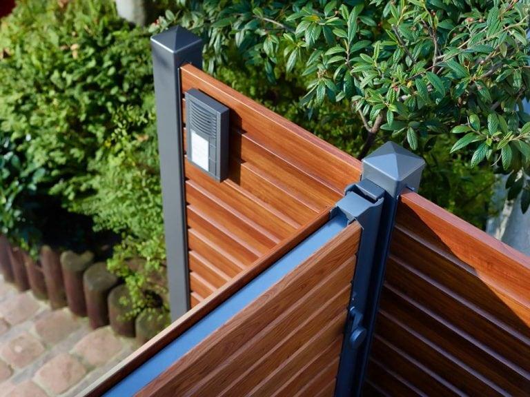 Gartentor aus Metall und Holz