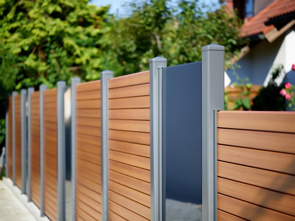 Schlanke Profile Aus Aluminium Zaun In Holzoptik Pfosten