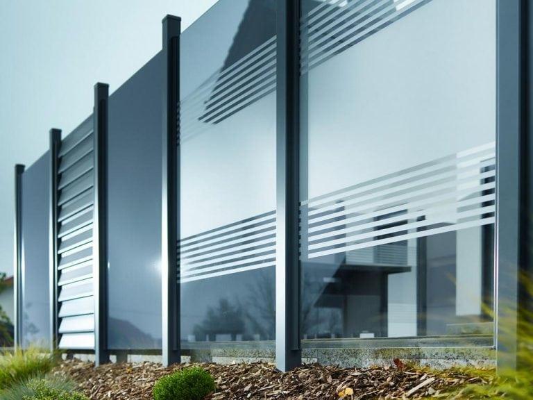 Windschutz aus Glas für die Terrasse