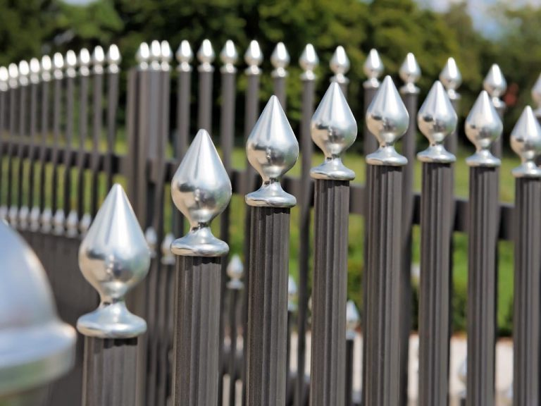 Hochwertig verarbeiteter Zaun mit runden Zaunpfosten