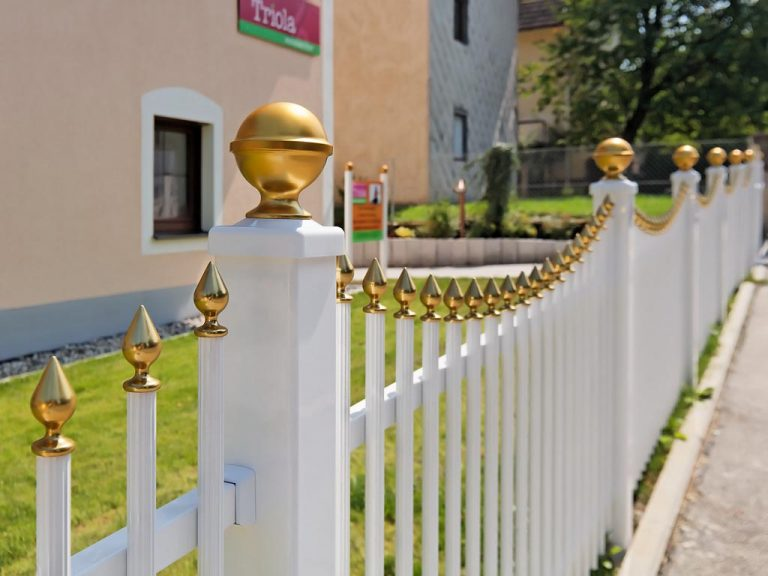 Eleganter Metallzaun mit runden Zaunpfosten