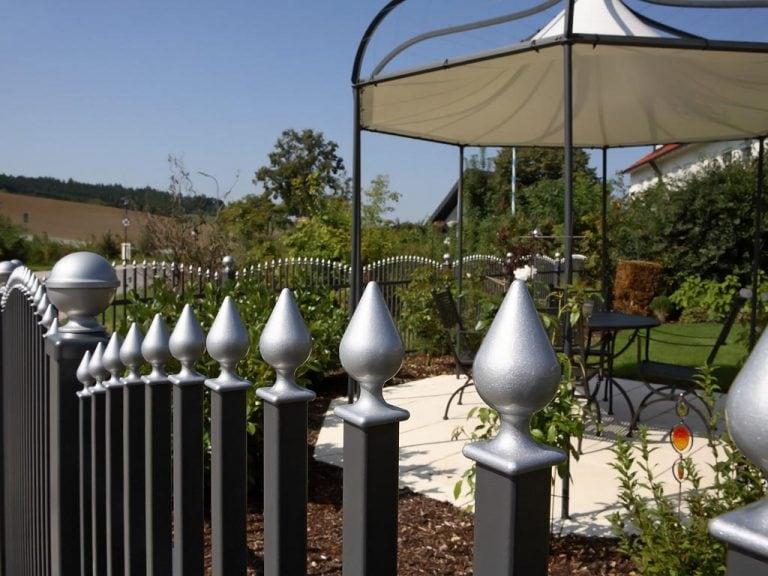 Kunstvoller Metallzaun für Ihren Garten