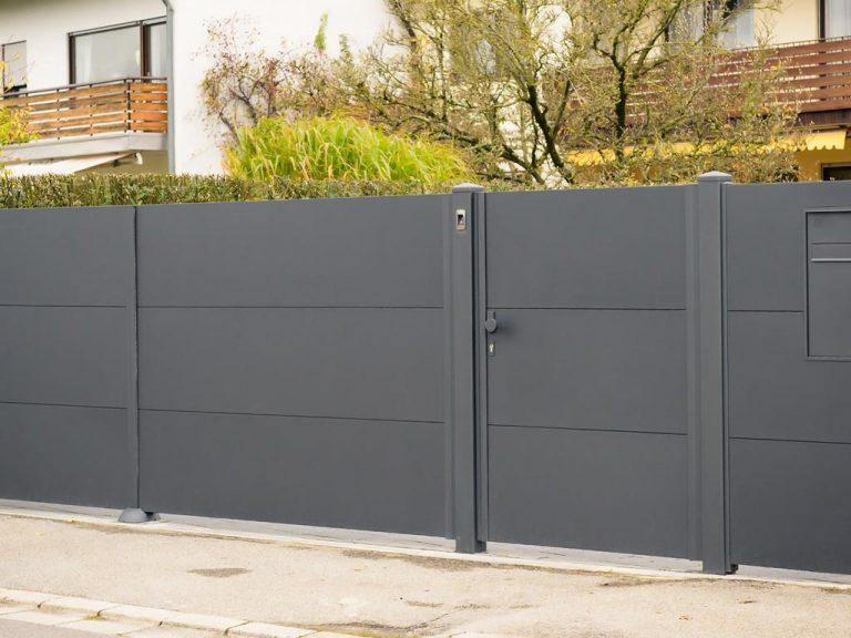 Zaun mit Türe für idealen Sichtschutz